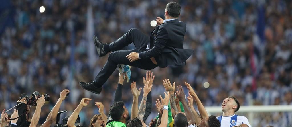 Sérgio Conceição atirado ao ar pelos jogadores.