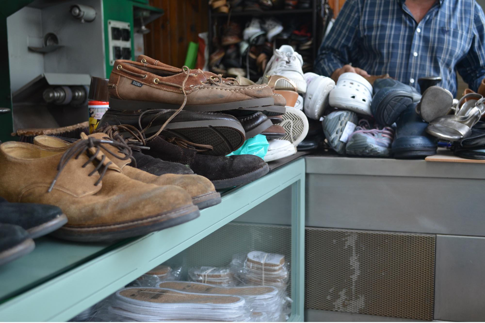 Eduardo Monteiro é o sapateiro no Mercado da Foz há 40 anos, um dos negócios mais antigo no mercado. Foto: Ana Jorge Teixeira