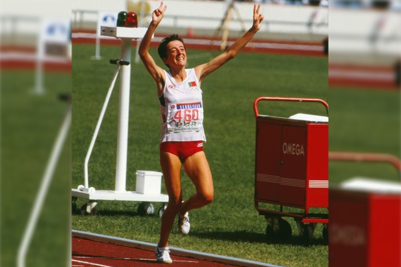 Rosa Mota festeja em Seul a conquista da primeira medalha olímpica de uma mulher portuguesa.