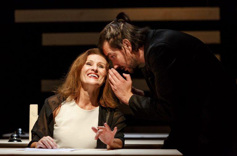 Emília Silvestre e Ivo Bastos numa das cenas da peça.