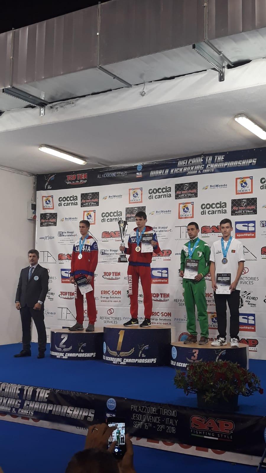 Artur Karlov, à direita na imagem, a receber a medalha de bronze na competição.