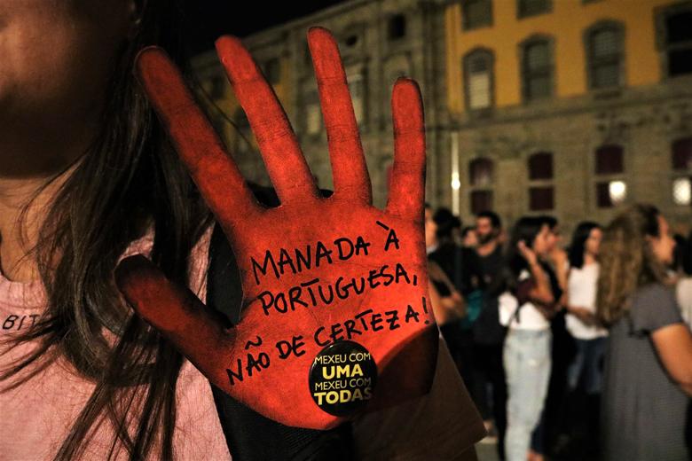 Um caso de violação coletiva ocorrido em Espanha não foi esquecido na manifestação.