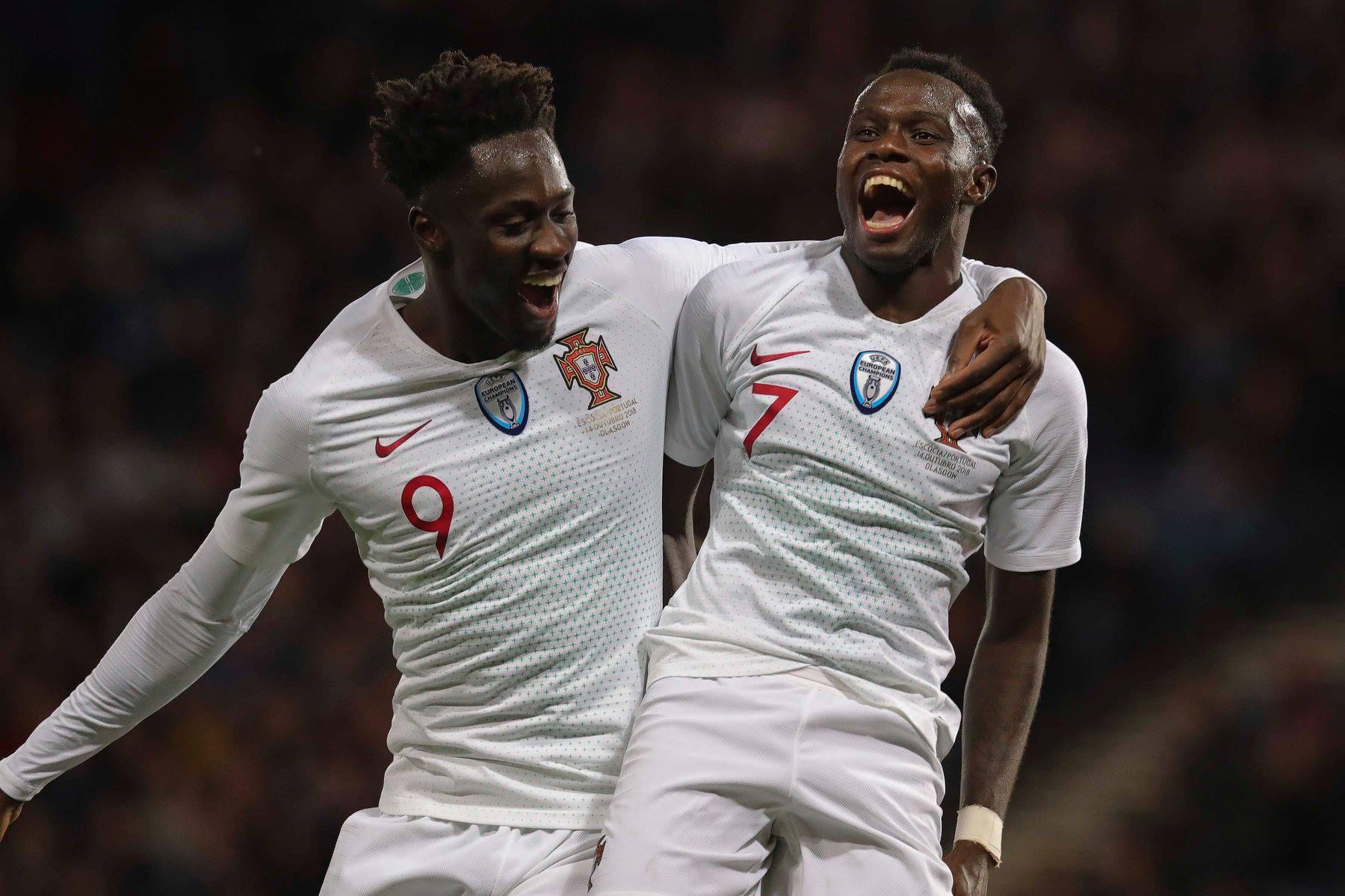 Éder e Bruma festejam depois do terceiro golo português.