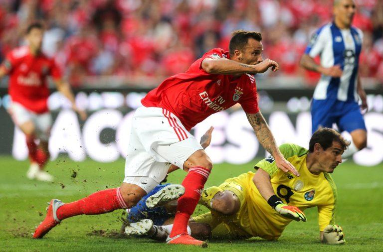 Seferovic e Casillas de olhos postos na bola que deu o golo ao Benfica.