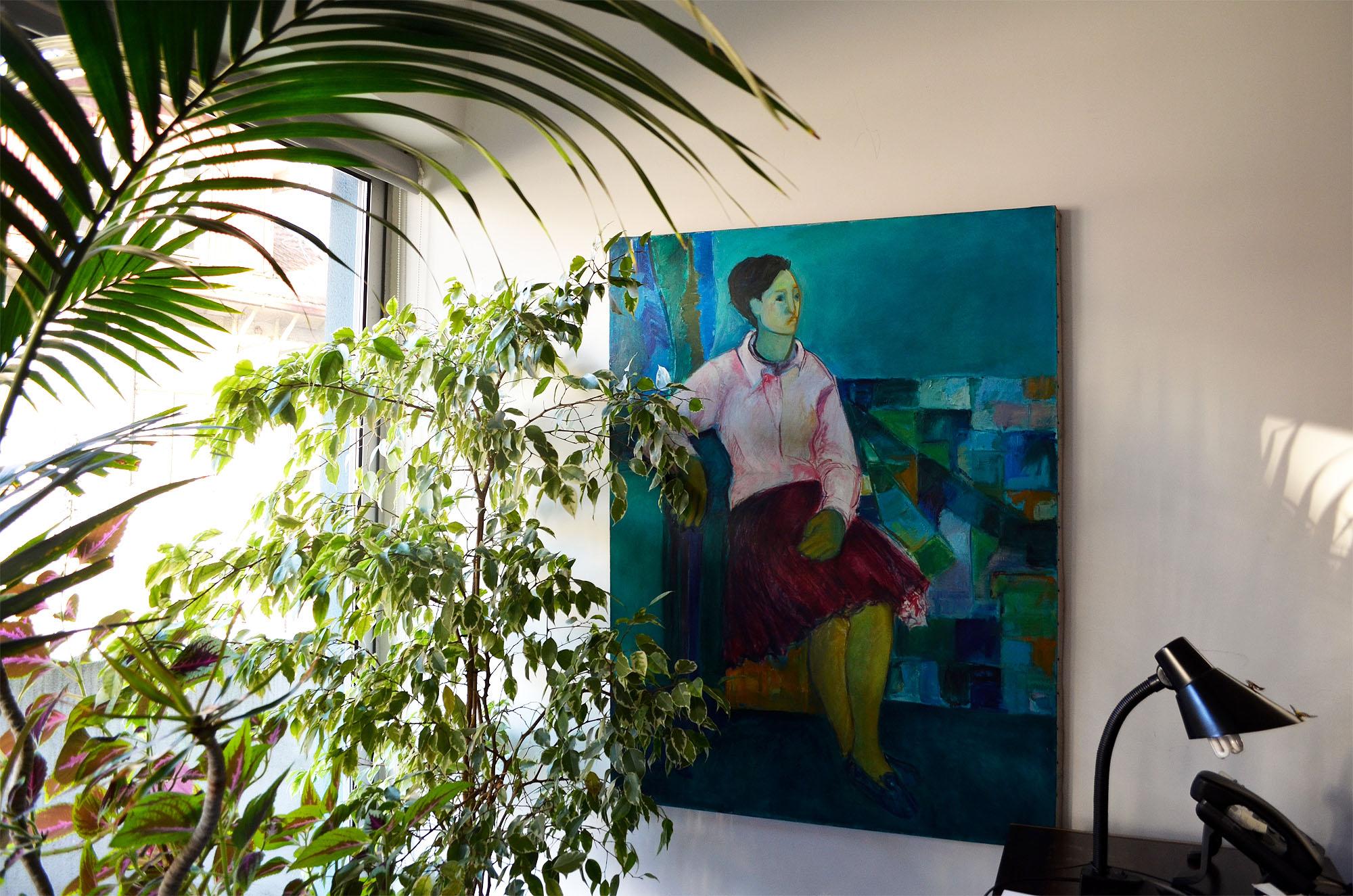 Plantas e obras de arte feitas por alunos da UP pontuam o ambiente do gabinete de Adelaide Telles.