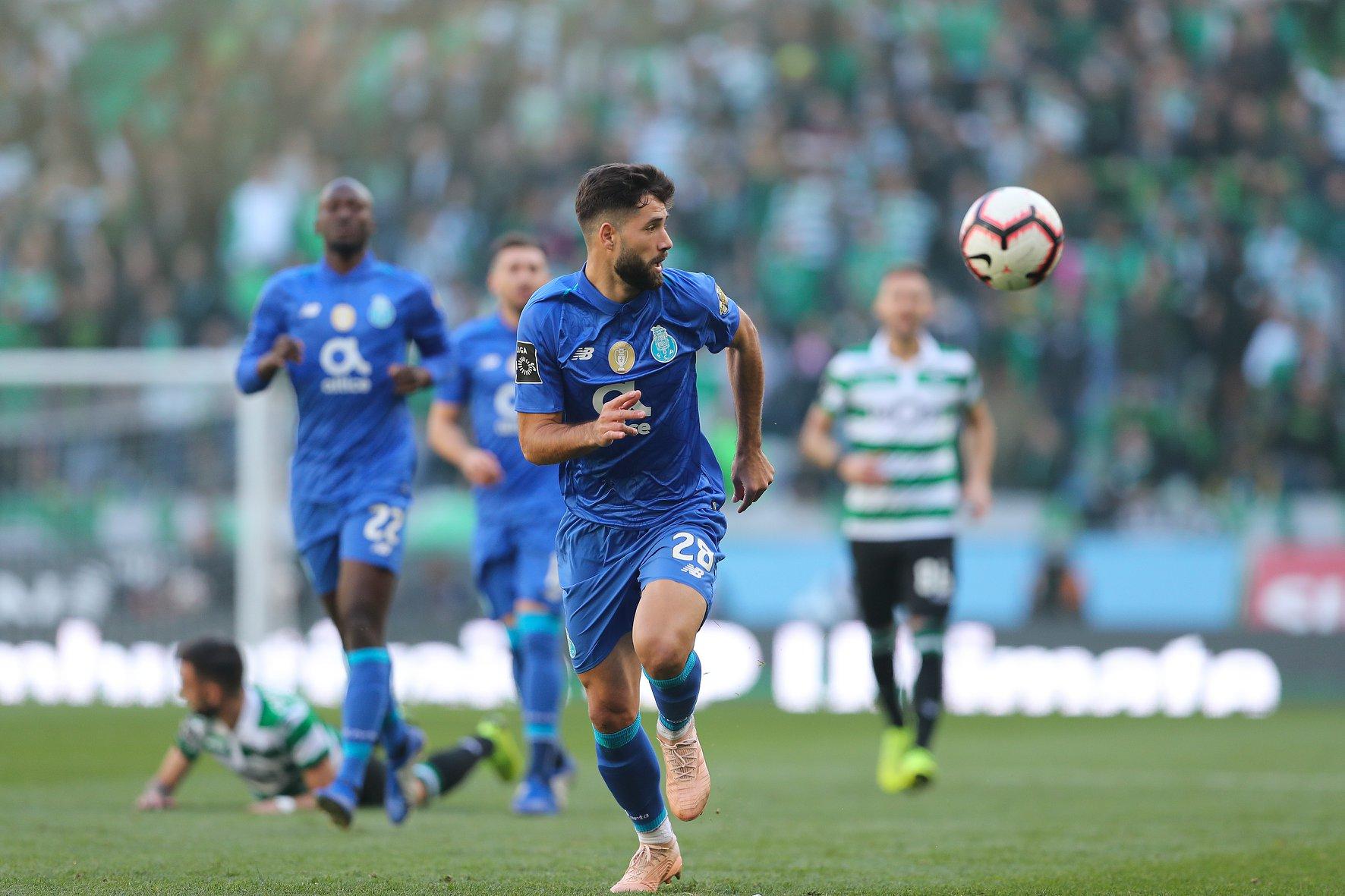 A bola foi muito disputada, mas o resultado não mexeu em Alvalade.