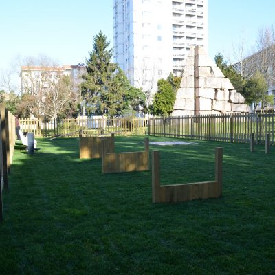 O parque para animais de grande porte tem 10 por 25 metros.