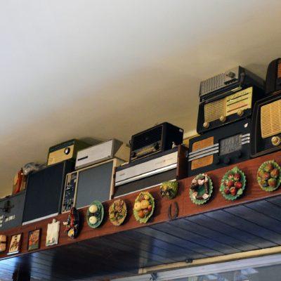 No Sótão da Tia Becas, os rádios estão dispostos por cima da entrada.