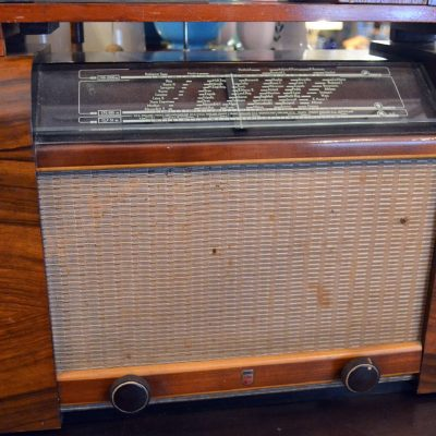 Os preços variam conforme o estado de conservação, a funcionalidade e a raridade dos rádios.