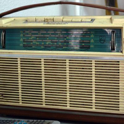 Rádio antigo na loja Invicta Clássica.