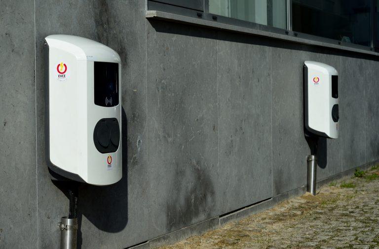 Postos de carregamento de veículos elétricos no ICBAS.