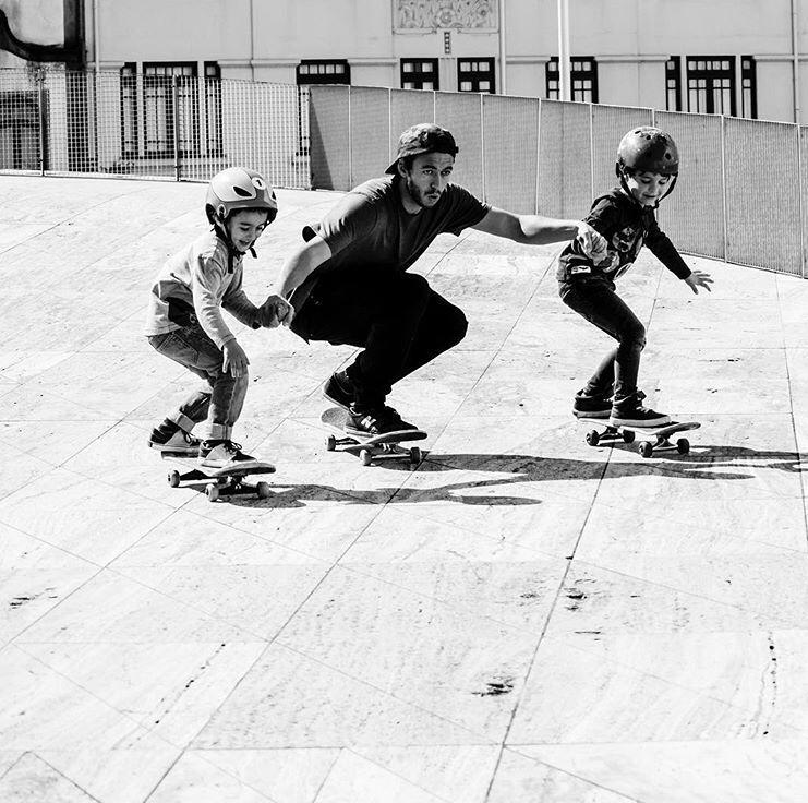 João Neto a skatar com duas crianças