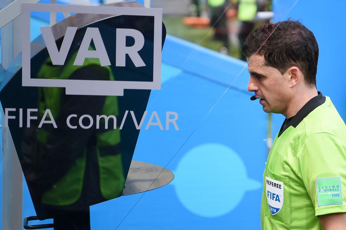 O VAR está em estreia nos oitavos da Liga dos Campeões.