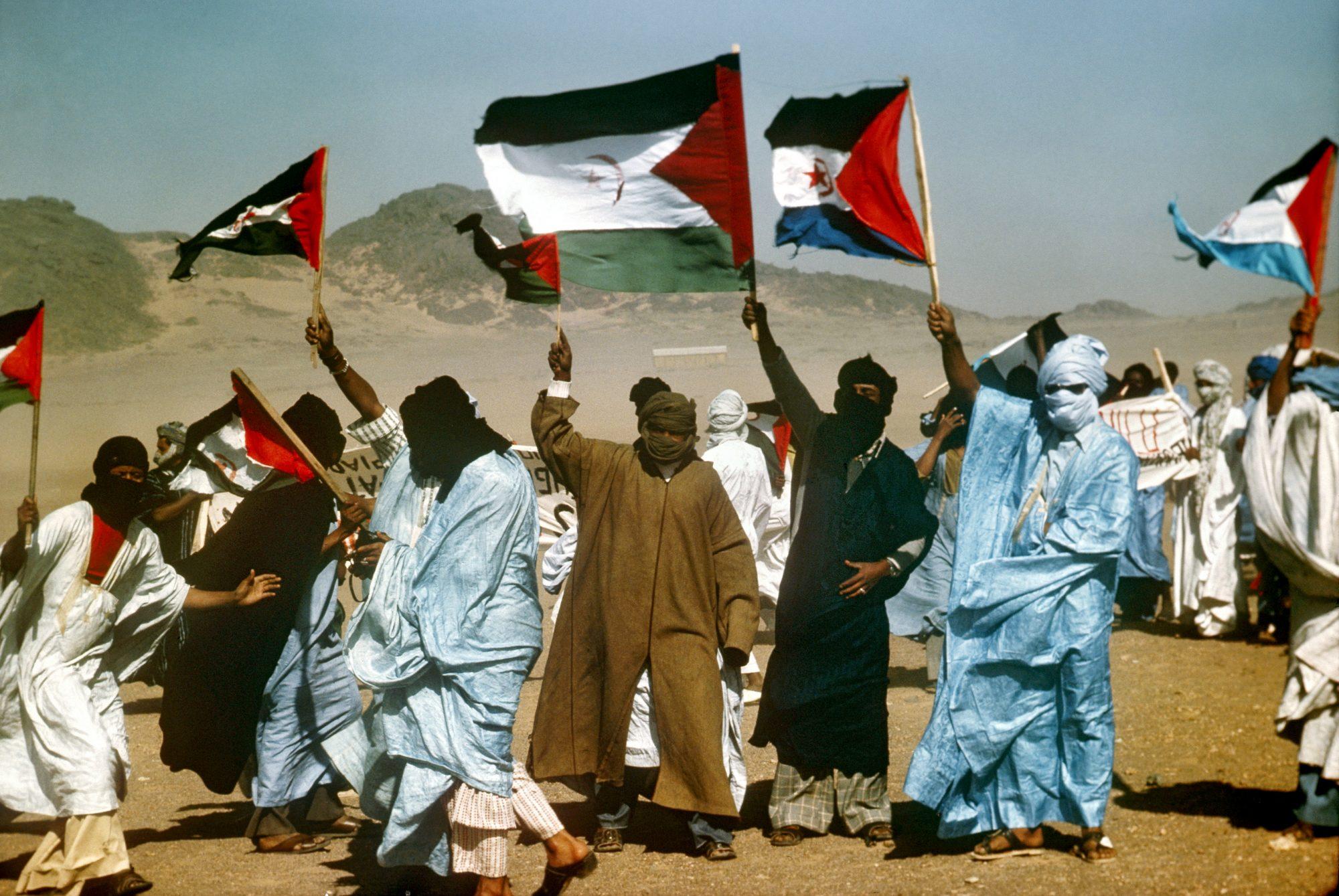 Ter uma bandeira da República Árabe Sarauí Democrática é considerado um crime nos territórios ocupados, assim como não saber o hino de Marrocos.
