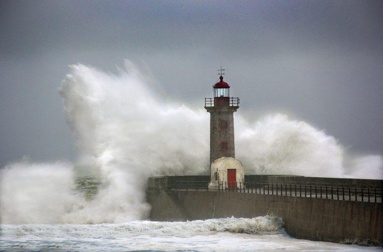 Períodos de chuva intensa e ventos fortes, com rajadas de até 80 km/h, são previstos para o dia de Carnaval no Porto.