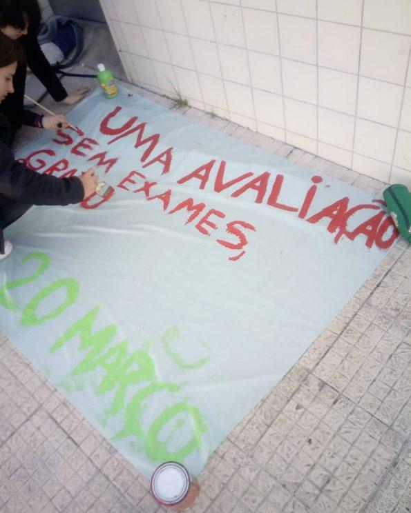 A AE da Escola Secundária Padrão da Légua, em Matosinhos, está a preparar cartazes para apresentar na manifestação de dia 20 de março.