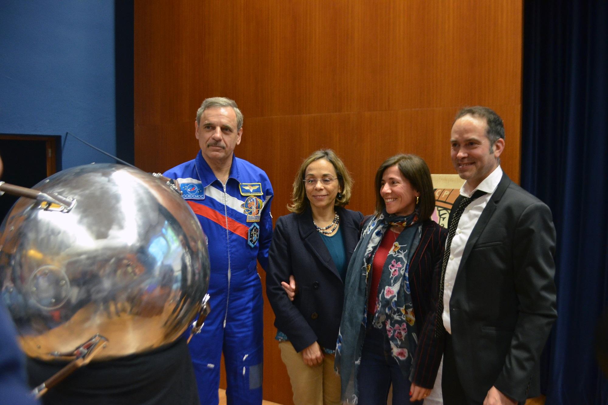 Mikhail Kornienko (à esq.) esteve presente na apresentação da réplica do Sputnik-1, oferecida por Rui Moura (à dir.) FCUP.