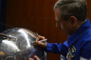 A réplica à escala real foi assinada por Mikhail Kornienko e pelo responsável pelo projeto, Rui Moura.