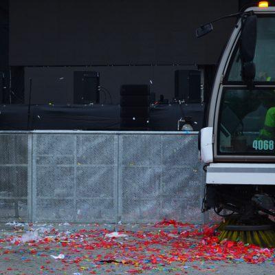 Veículo a recolher lixo em frente ao palco do Queimódromo do Porto.