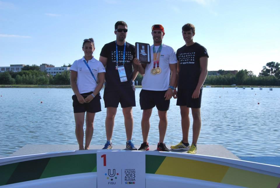 Fernando Pimenta com as duas medalhas de ouro conquistadas em Kazan, na Rússia.