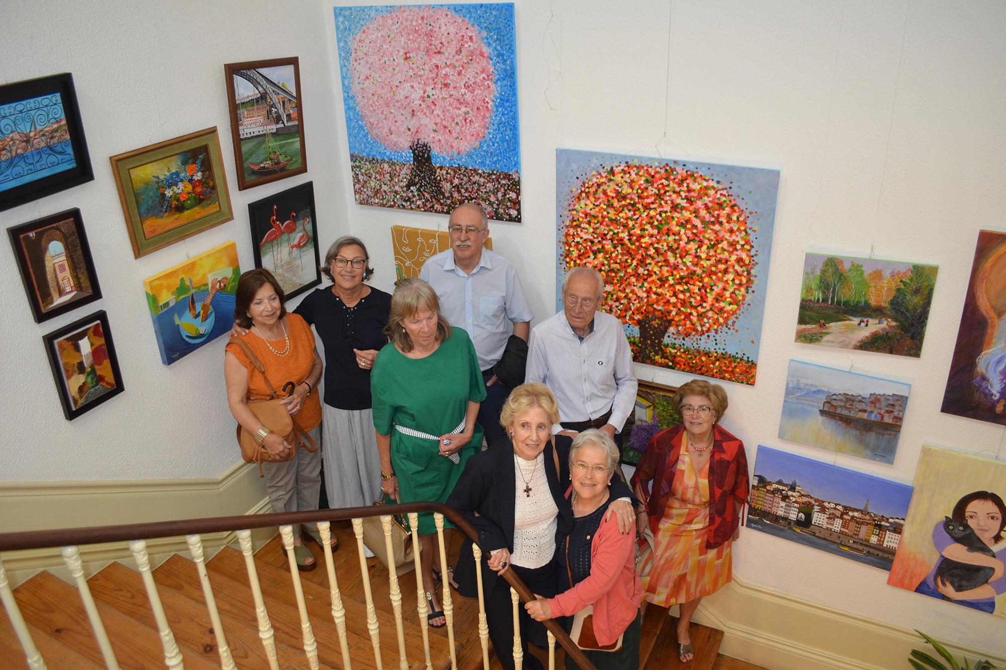 Alunos do curso de Desenho e Pintura, com os seus trabalhos em exposição.