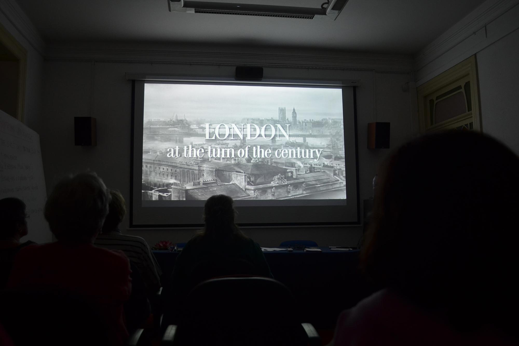"""Visualização do filme de 1947, """"Fantasma Apaixonado"""", de Joseph L. Mankiewicz, durante a aula de História do Cinema."""