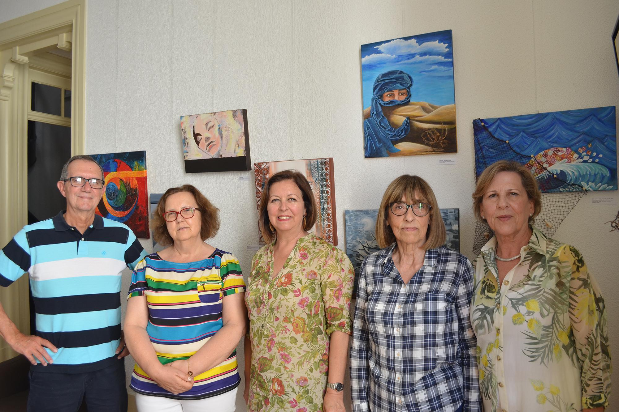 A professora de Atelier D'artes, ao centro, Rosa Bela Cruz com os alunos Manuel Augusto, Maria Glória Alves, Rita David e Maria de Fátima Pinheiro. Como fundo, estão algumas das obras de arte que realizaram.