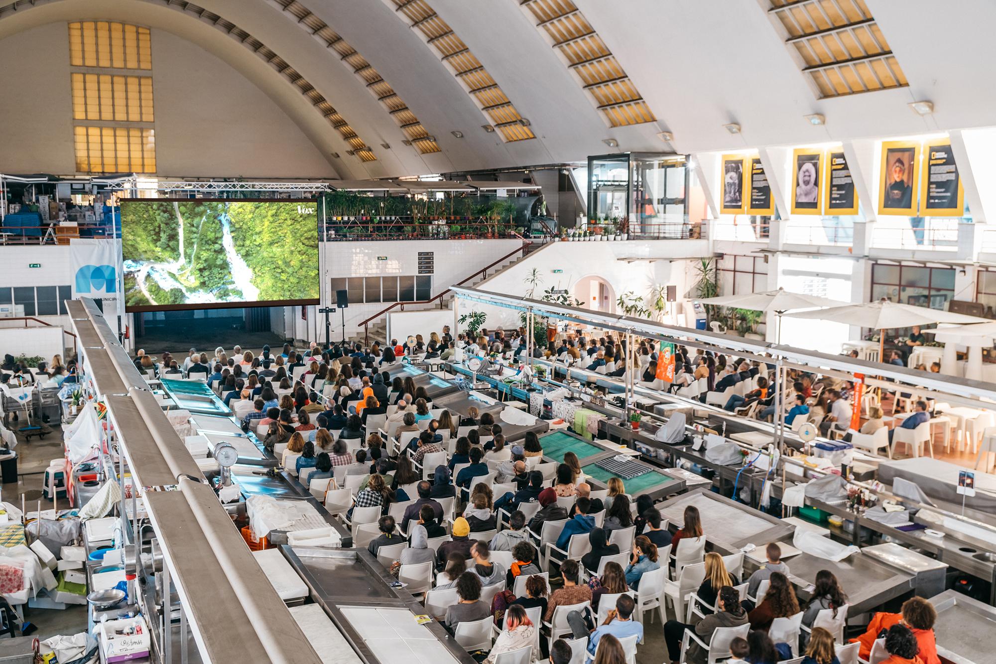 O Mercado de Matosinhos transforma-se à noite em sala de cinema.