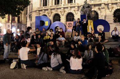 Manifestantes reunidos na noite de sexta-feira na Praça Humberto Delgado, no Porto.
