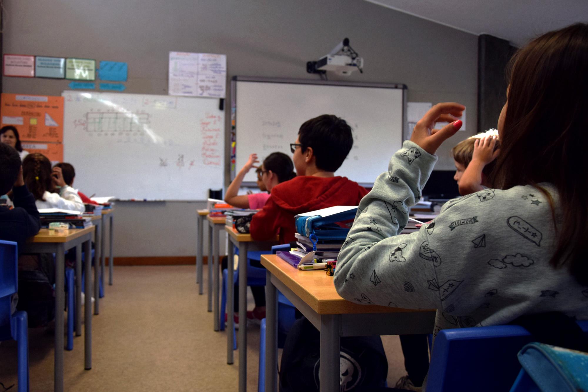 Aula de Língua Gestual Portuguesa na Escola Básica Augusto Lessa.