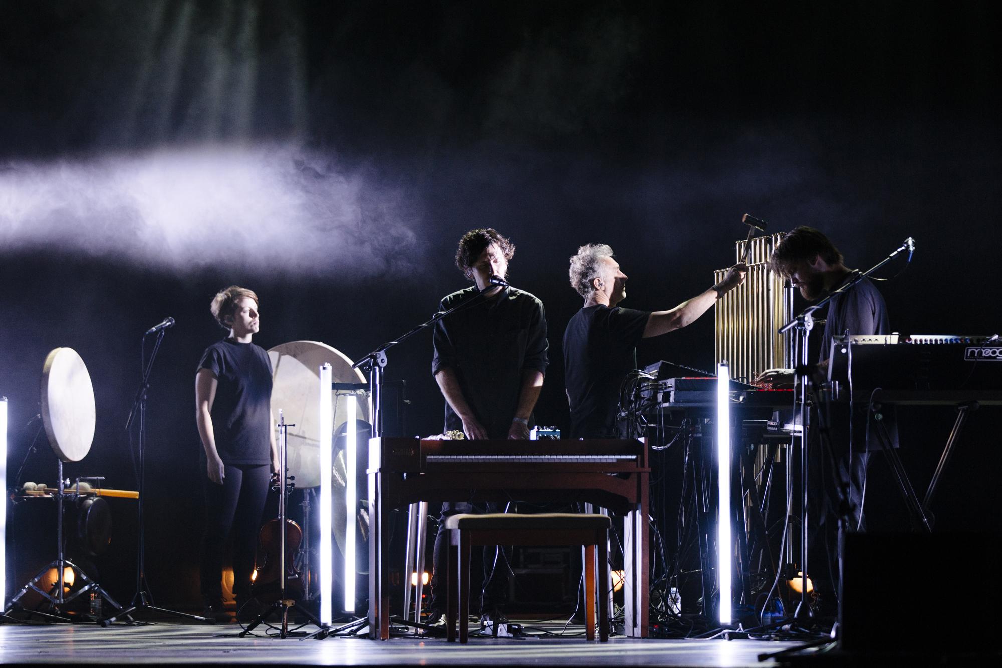 Yann Tiersen fez-se acompanhar de três músicos em palco.