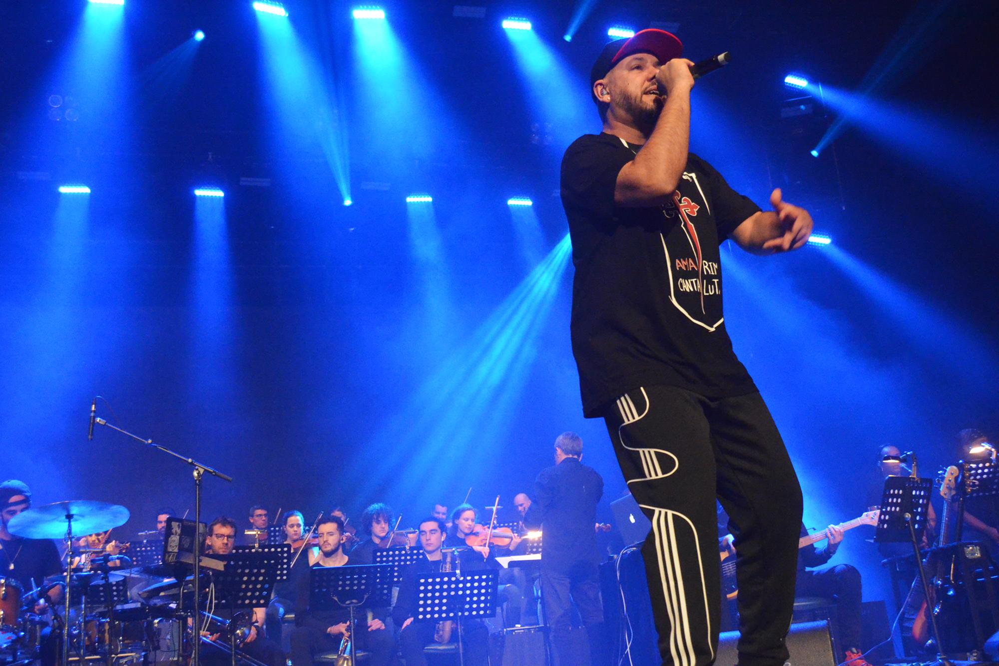 Rapper esteve acompanhado por uma orquestra.