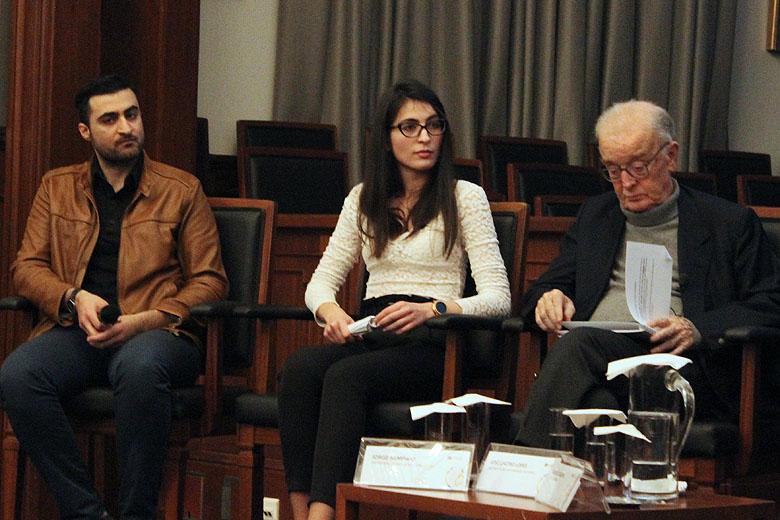 Estudantes sírios sentados ao lado do ex-Presidente da República Jorge Sampaio.
