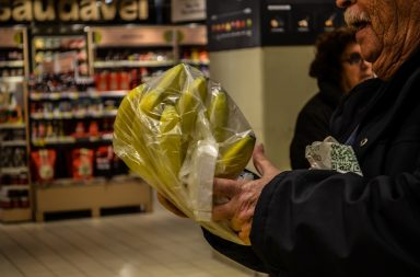 Consumo dos sacos de plástico abrandou desde que foi implementada a lei do pagamento de 0,10 cêntimos por saco.