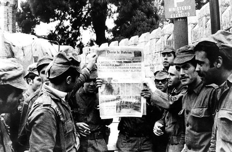 """Militares exibem cópia do """"Diário de Notícias"""", nas primeiras horas da manhã."""