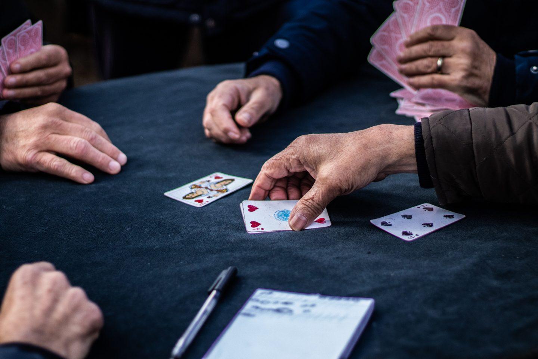 A praça onde as cartas são o trunfo contra o tempo