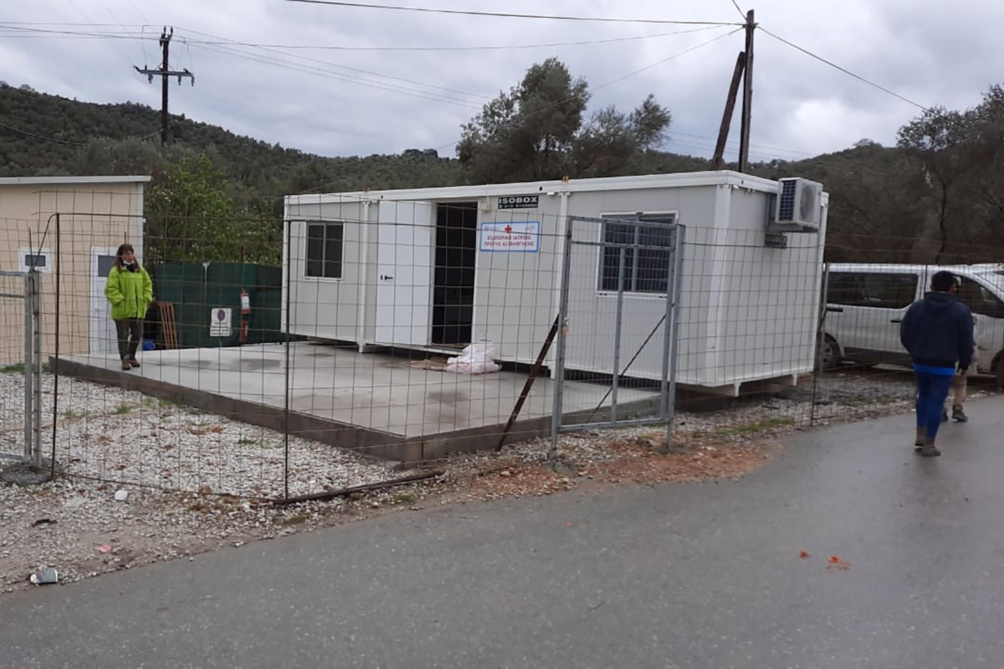 Unidade instalada no campo de Mória, em Lesbos, para dar resposta aos primeiros casos de infeção por COVID-19. FONTE: Deen Mohammad Alizadah