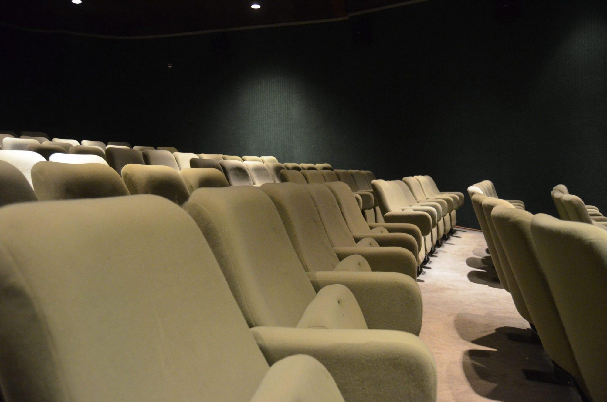 A redução da capacidade das salas de cinema foi uma das mudanças.