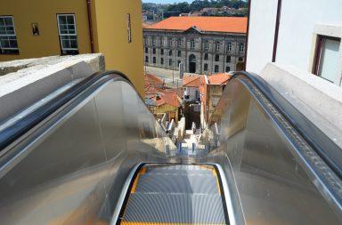 Os três lances de escadas rolantes foram instaladas no Monte dos Judeus, em Miragaia.