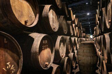 Barris de vinho Taylor's, a empresa fundadora da The Fladgate Partnership.
