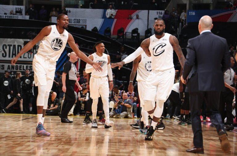 Kevin Durant (esquerda) e LeBron James (direita) são os capitães das suas respetivas equipas.