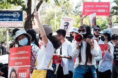 Protesto em Myanmar a 14 de fevereiro