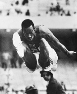 Bob Beamon alcançou um marco histórico no Atletismo, com um salto de 8,90m.