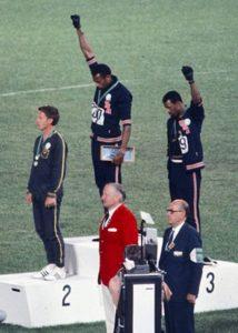 Tommie Smith e John Carlos num protesto pela igualdade racial.