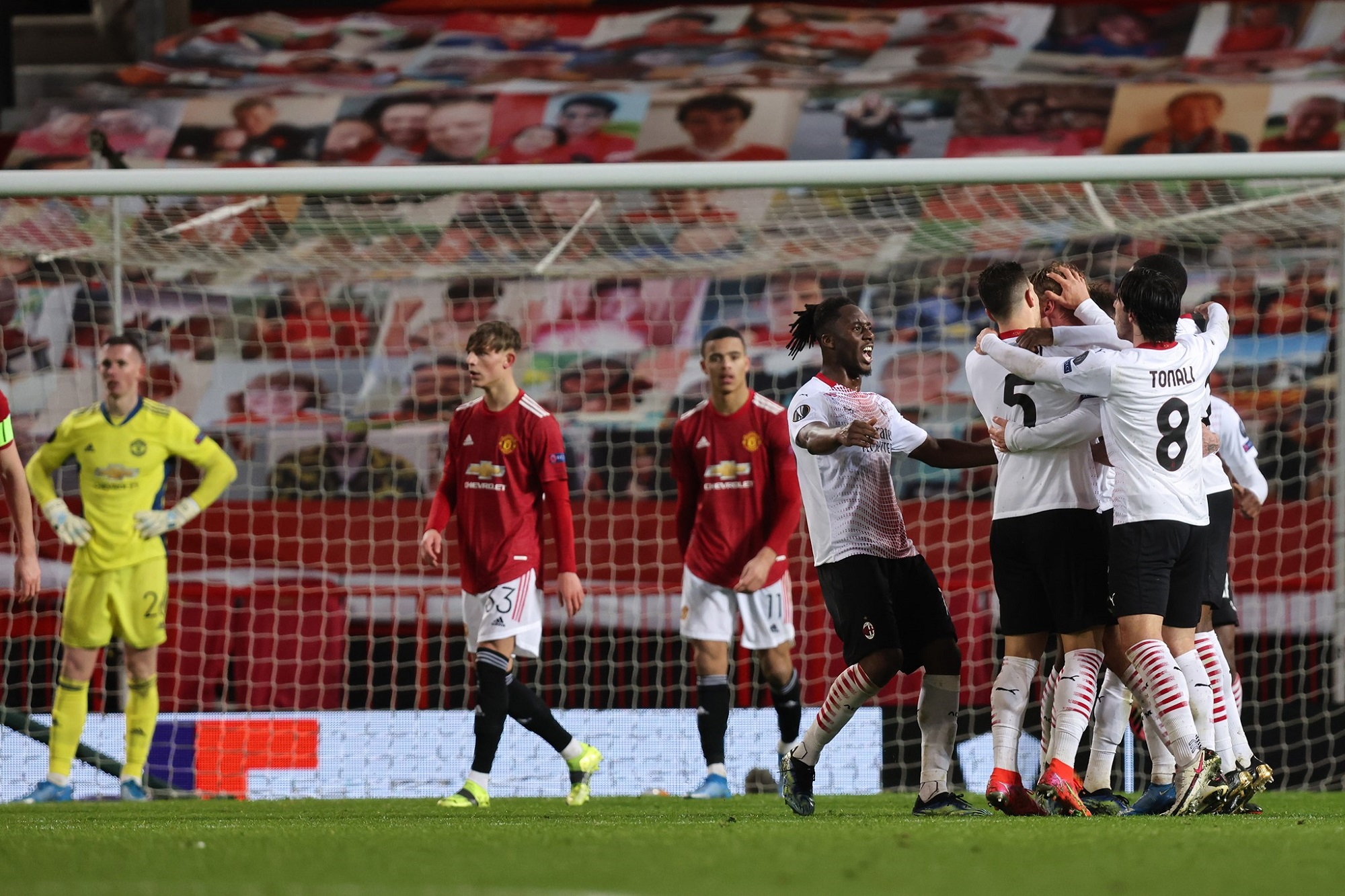 Com um golo ao cair do pano, o AC Milan parte em vantagem para a segunda mão frente ao Manchester United.