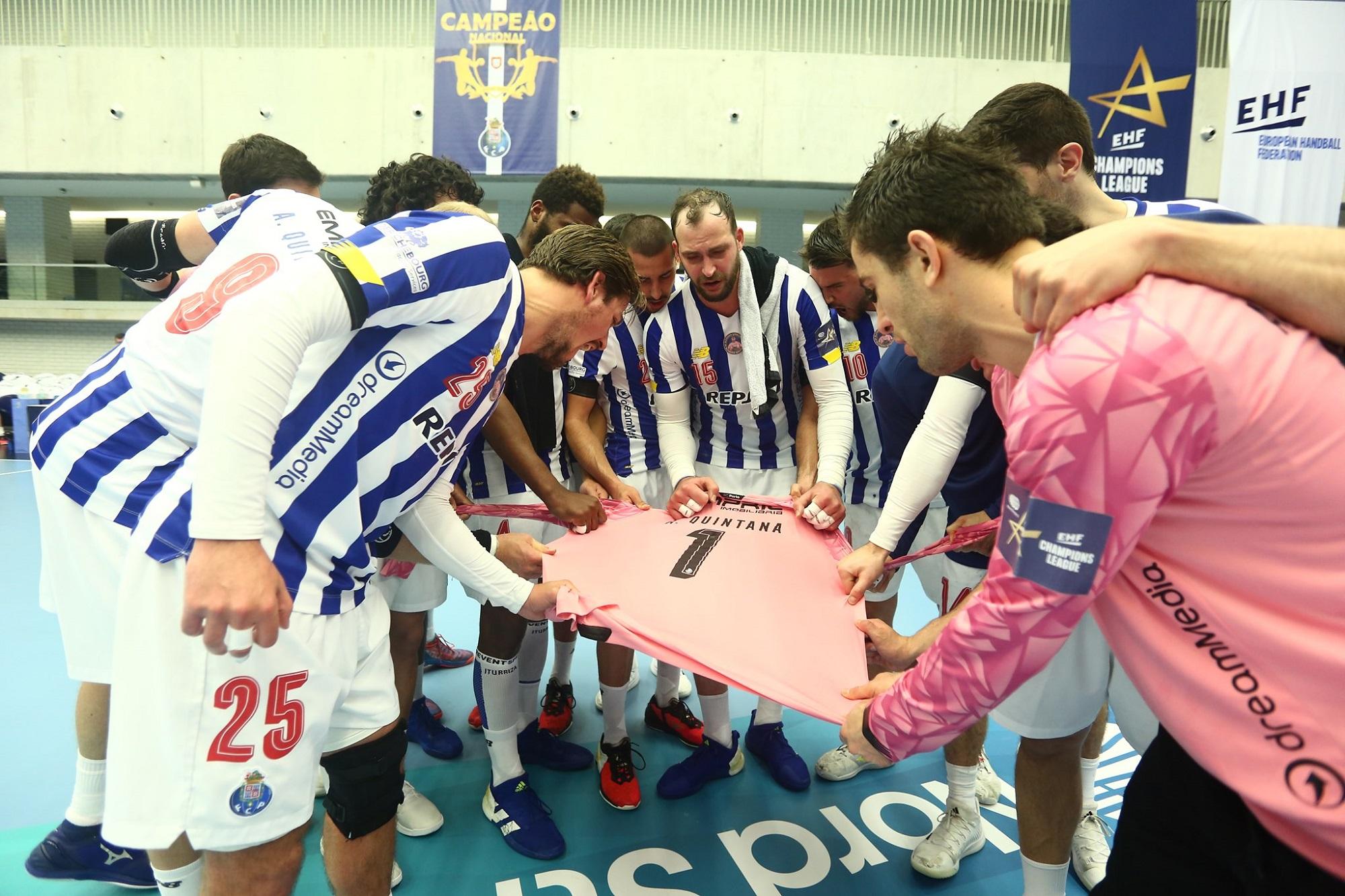Os jogadores de Andebol do FC Porto fizeram uma roda em torno da camisola de Alfredo Quintana no final do encontro.