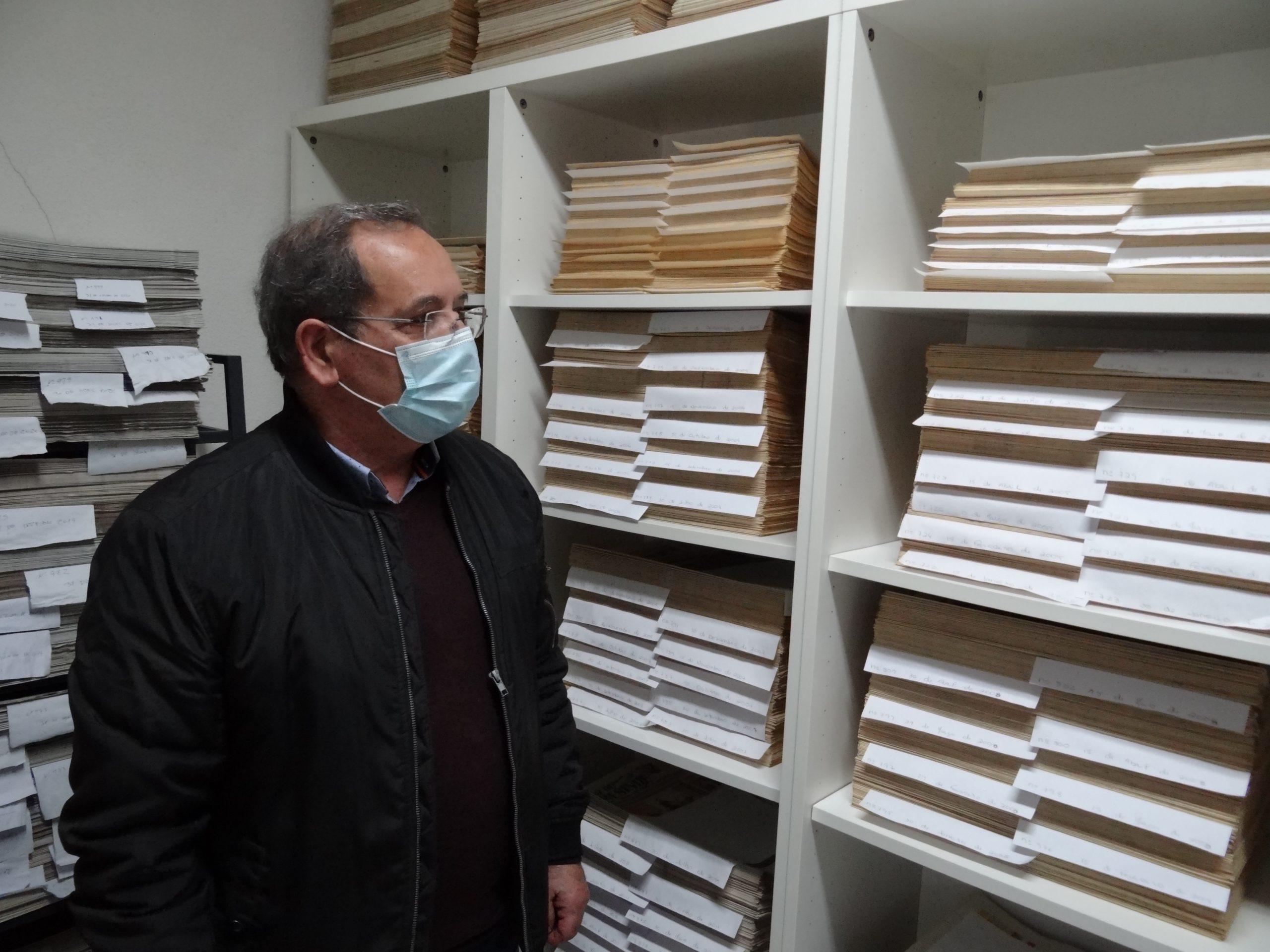 Manuel Augusto Dias na sala onde são guardadas as mil edições de A Voz de Ermesinde.