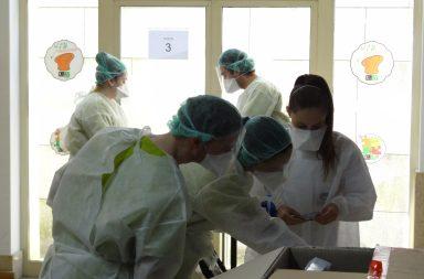 Na FMUP, estudantes de Medicina recolhem amostras para os testes à Covid-19.