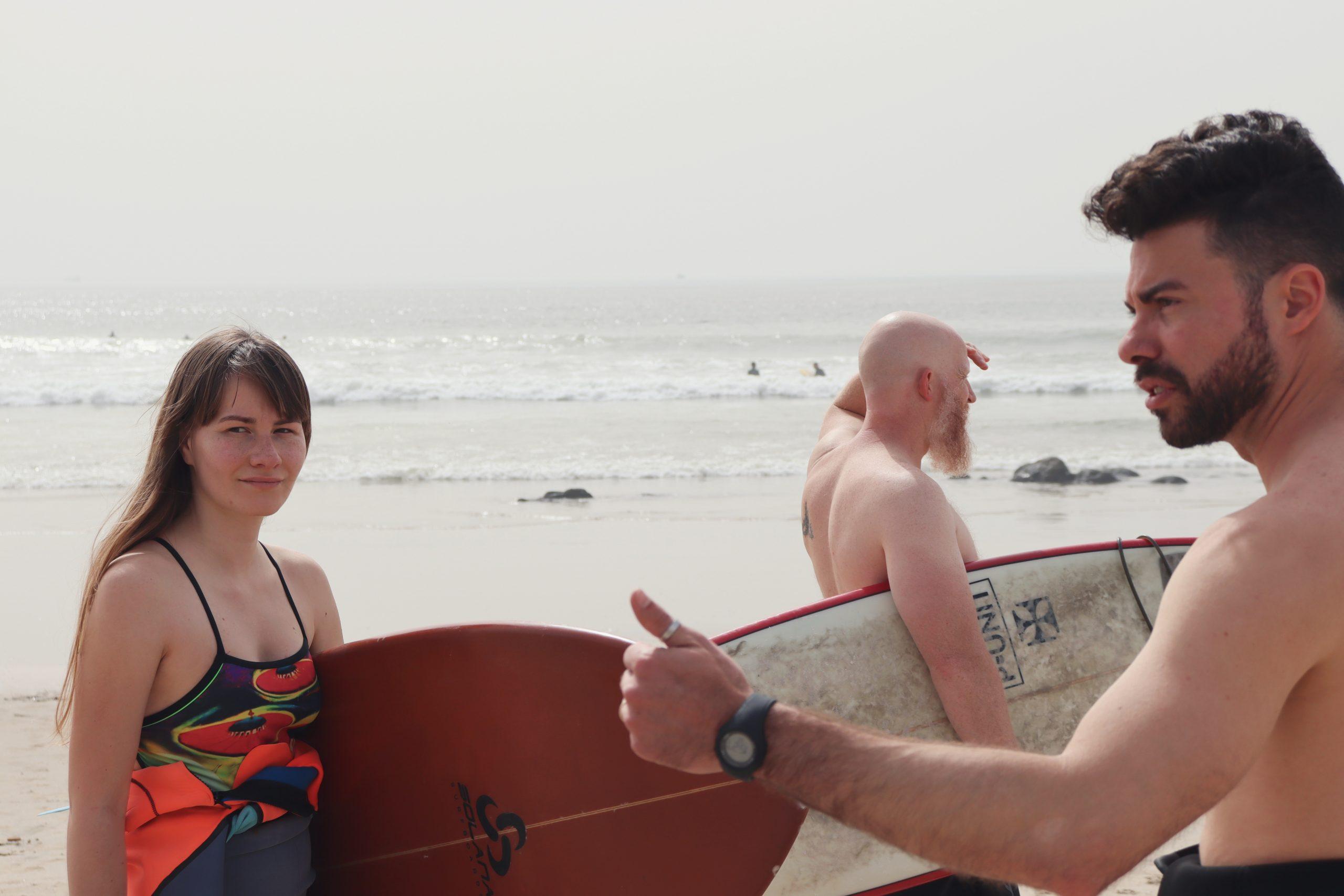 Os membros da Surf Church encontram-se regularmente na praia de Matosinhos para surfar