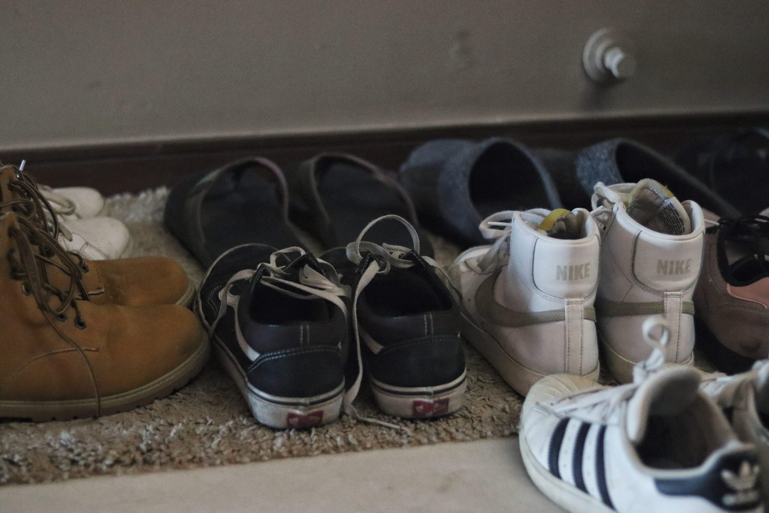 Todos os visitantes deixam os sapatos à porta da casa de Jan e Kevin
